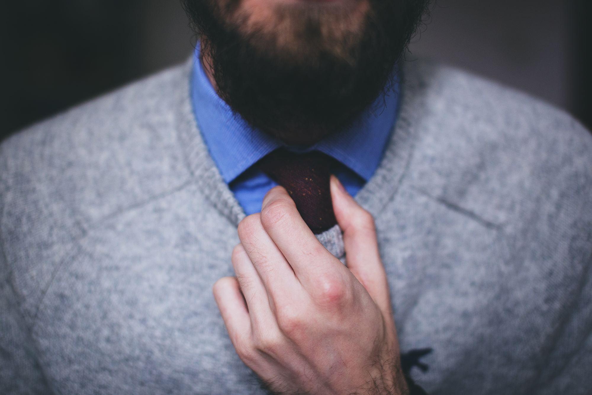 uomo che si sistema la cravatta